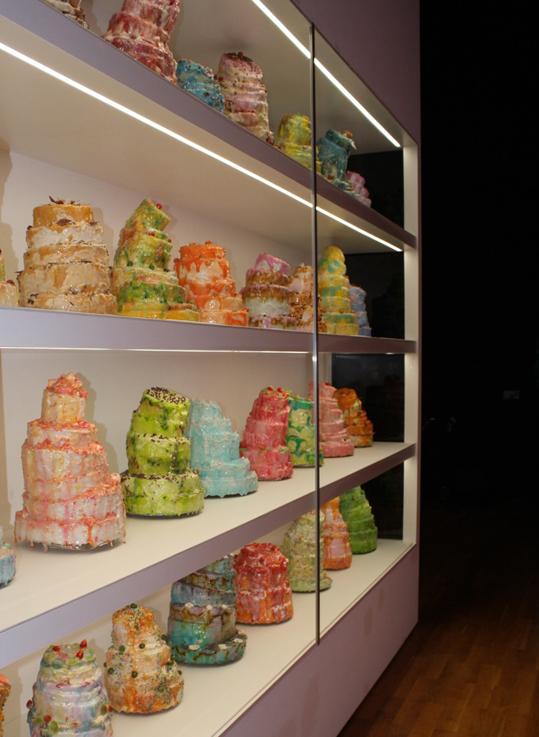 Torten 2007 32 Torten, Holz, Styropor, Zucker, Kunstharz. Jede Torte ca. 35 x 30 x 30 cm Courtesy Galerie Ruth Leuchter, Düsseldorf und Galerie Laurent Godin, Paris